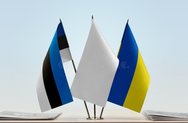 Bandeiras de Estônia e de Ucrânia imagens de stock