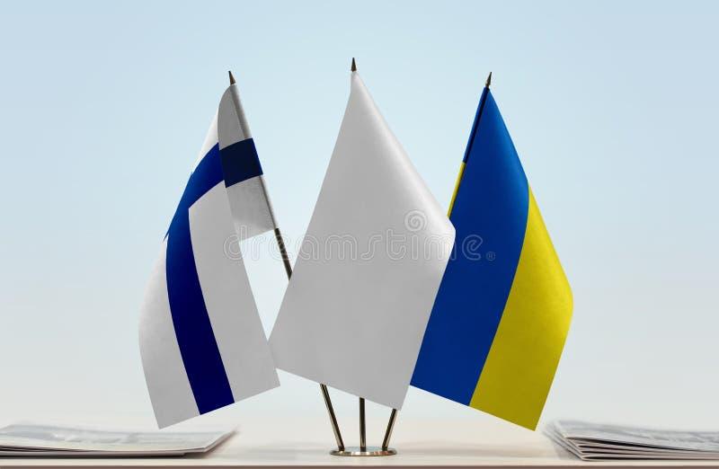 Bandeiras de Finlandia e de Ucrânia imagens de stock