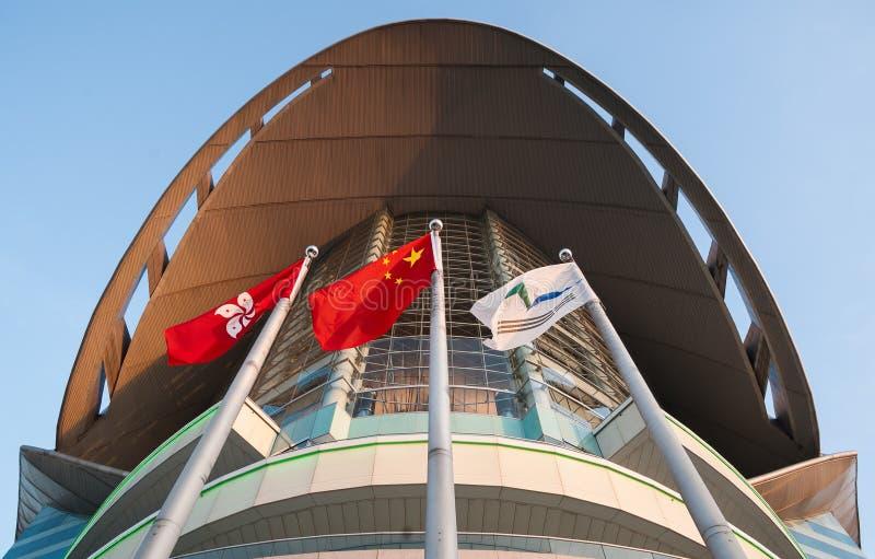 Bandeiras de Hong Kong e de China fora do centro de Hong Kong Convention e de exposição, Wan Chai, Hong Kong Island fotografia de stock royalty free