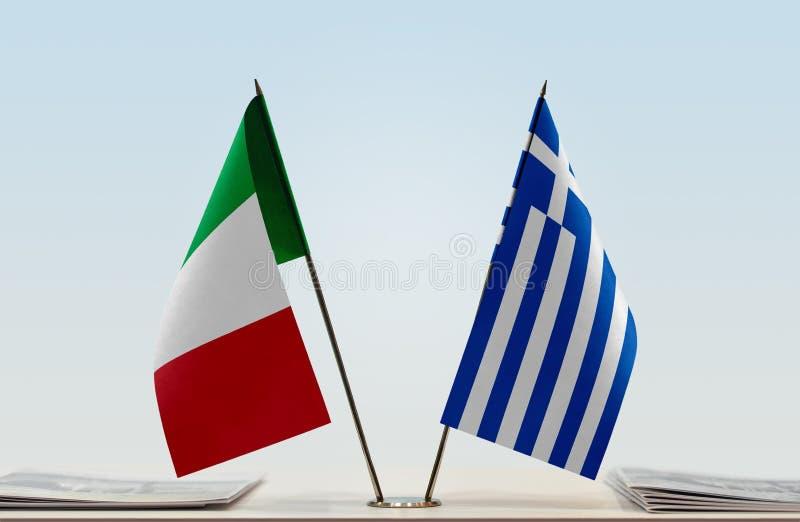 Bandeiras de Itália e de Grécia foto de stock royalty free