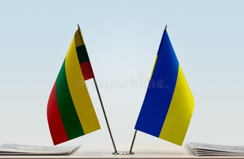 Bandeiras de Lituânia e de Ucrânia imagens de stock royalty free
