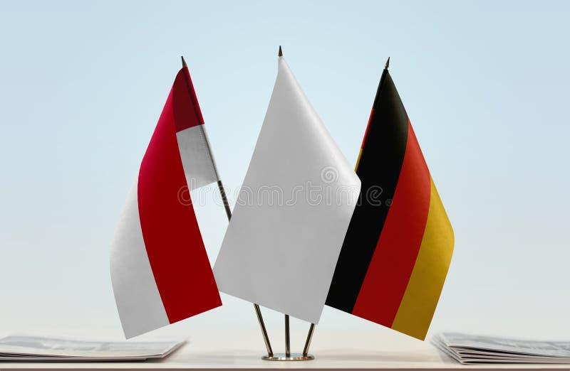 Bandeiras de Mônaco e de Alemanha fotos de stock royalty free