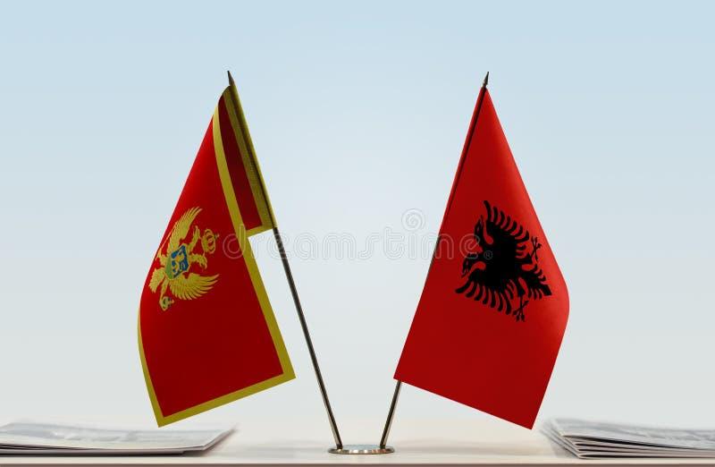 Bandeiras de Montenegro e de Albânia imagem de stock