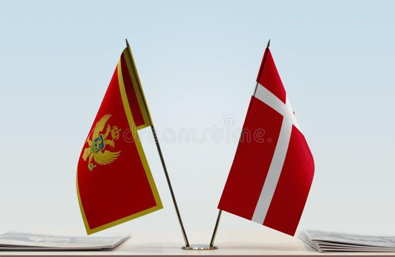 Bandeiras de Montenegro e de Dinamarca fotografia de stock