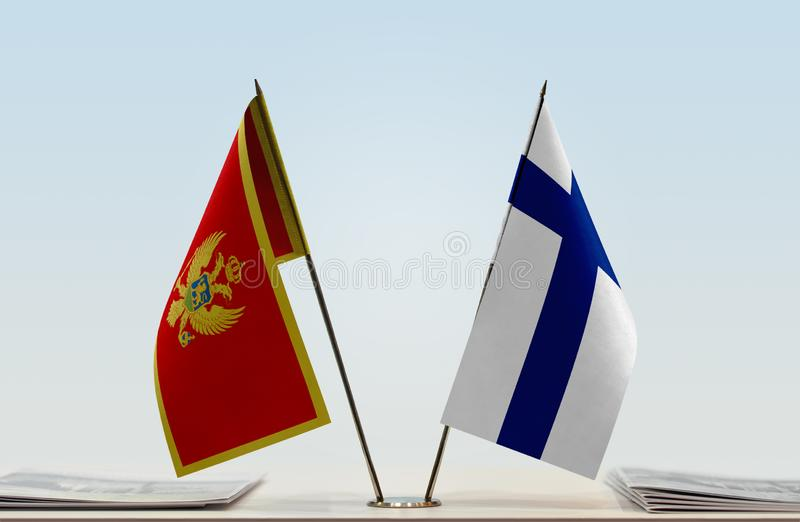 Bandeiras de Montenegro e de Finlandia foto de stock