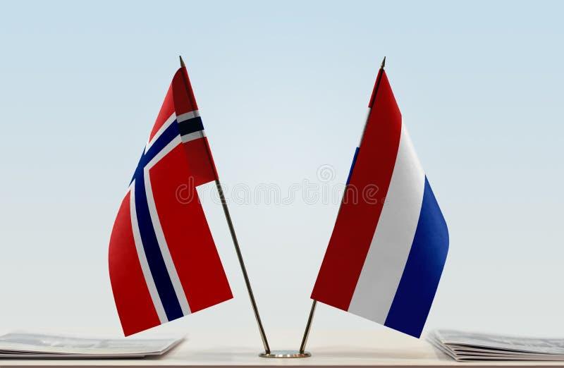 Bandeiras de Noruega e de Países Baixos fotografia de stock