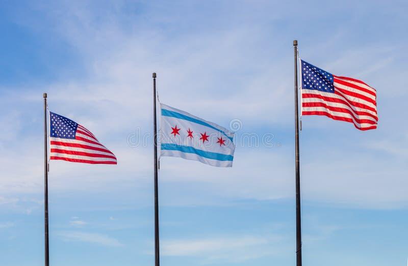 Bandeiras de ondulação do Estados Unidos e a cidade de Chicago com s fotos de stock royalty free