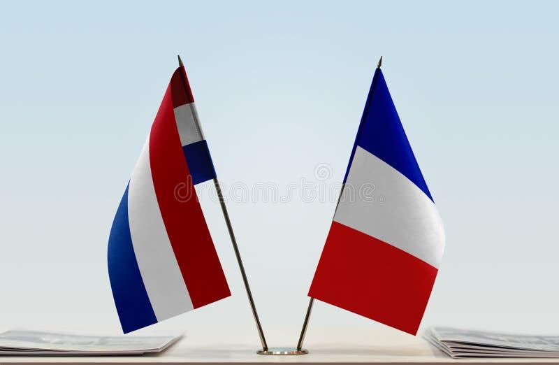 Bandeiras de Países Baixos e de França imagem de stock