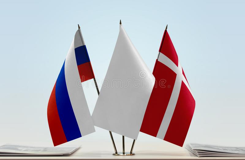 Bandeiras de Rússia e de Dinamarca fotografia de stock royalty free