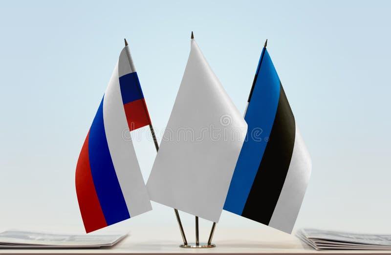 Bandeiras de Rússia e de Estônia fotografia de stock