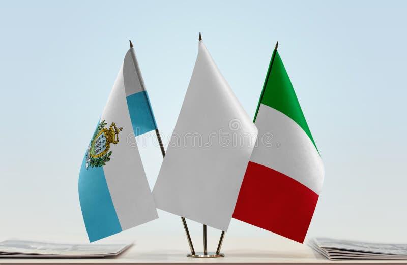 Bandeiras de São Marino e de Itália fotos de stock royalty free