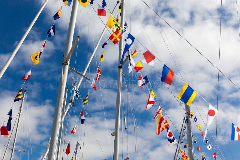 Bandeiras de sinal coloridas em um barco de navigação imagem de stock royalty free