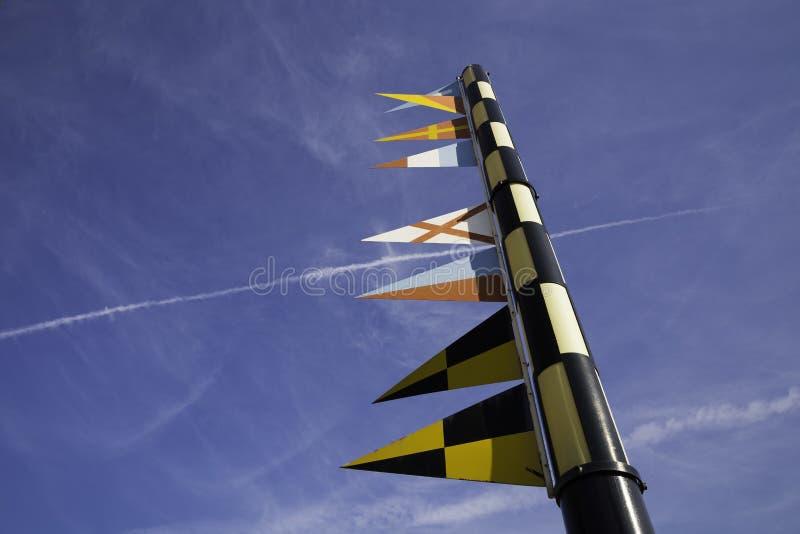 Bandeiras de sinal náutico em um mastro de bandeira contra o céu azul fotos de stock