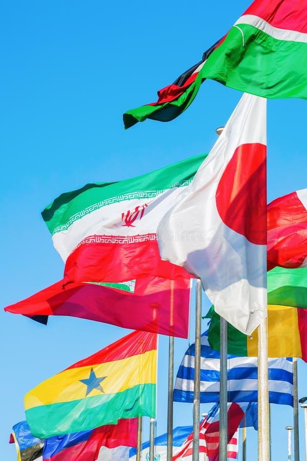 Bandeiras de sopro do mundo fotos de stock royalty free