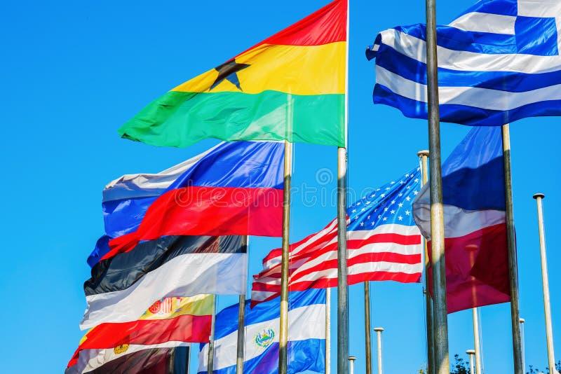 Bandeiras de sopro do mundo foto de stock royalty free