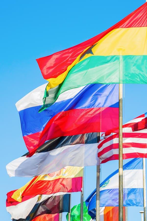 Bandeiras de sopro do mundo imagens de stock royalty free