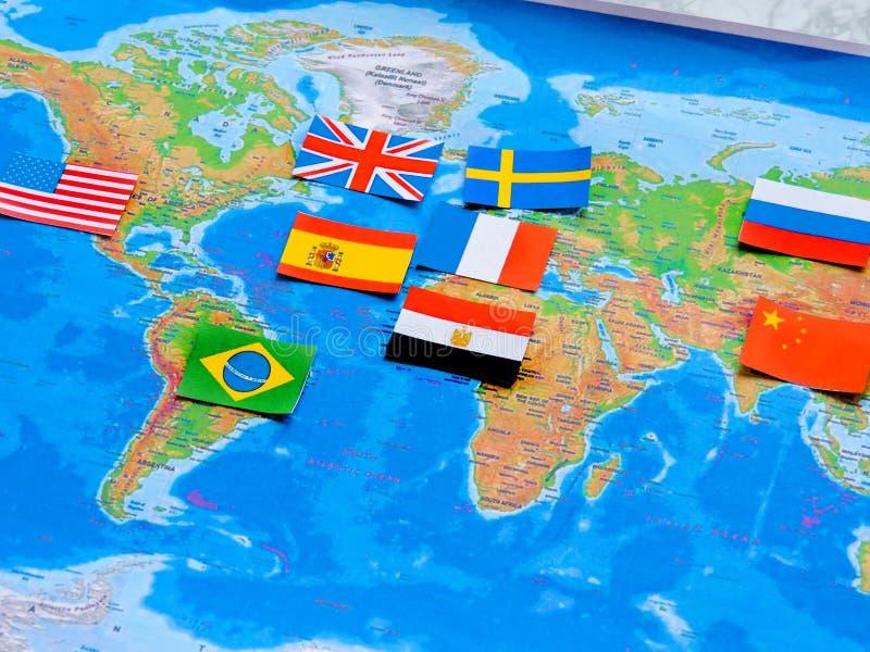 Bandeiras de todas as nações do mundo Agrupamento de várias bandeiras do mundo no branco Dia internacional da paz imagem de stock