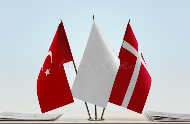 Bandeiras de Turquia e de Dinamarca foto de stock