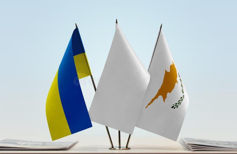 Bandeiras de Ucrânia e de Chipre imagem de stock