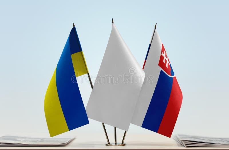 Bandeiras de Ucrânia e de Eslováquia foto de stock