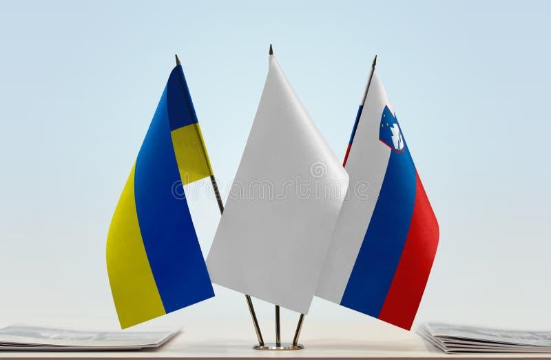 Bandeiras de Ucrânia e de Eslovênia fotos de stock royalty free