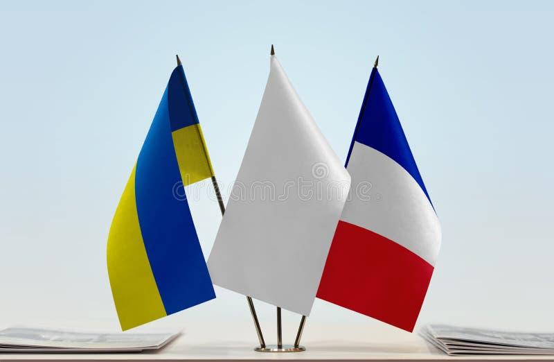 Bandeiras de Ucrânia e de França fotografia de stock royalty free