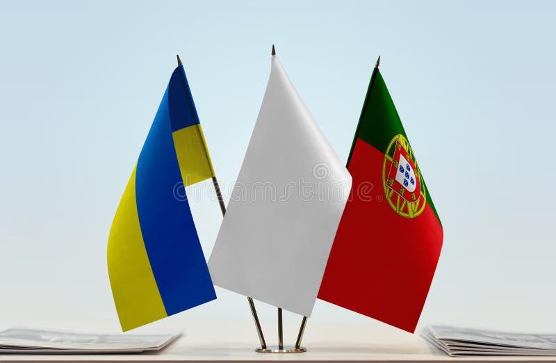 Bandeiras de Ucrânia e de Portugal fotografia de stock