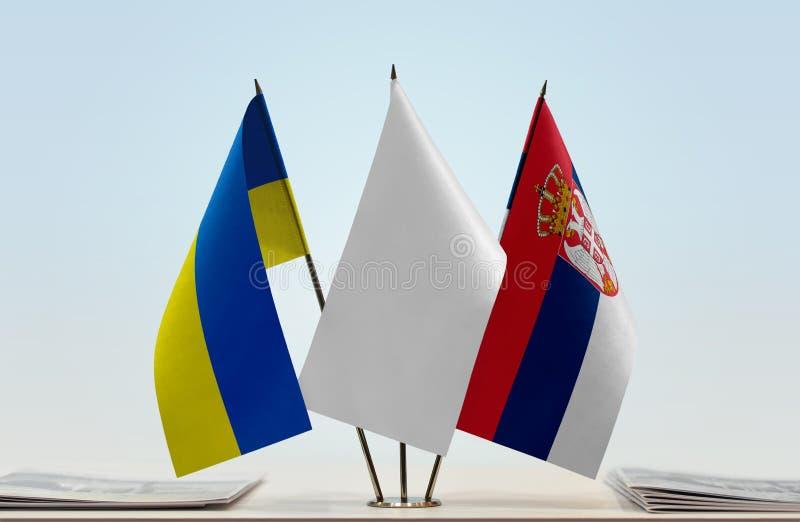 Bandeiras de Ucrânia e de Sérvia foto de stock royalty free