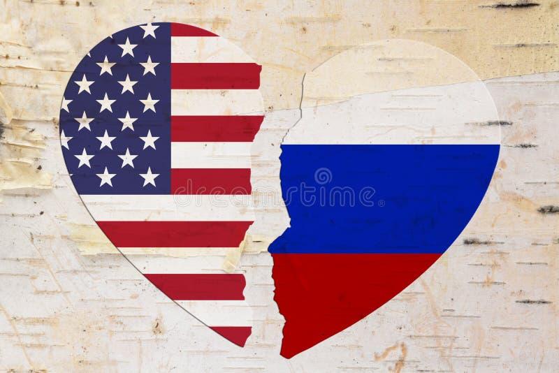 Bandeiras do americano e do russo em um coração quebrado foto de stock