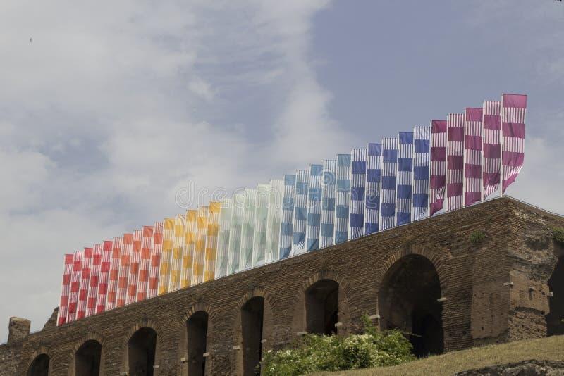 Bandeiras do arco-íris em ruínas em Roma, Itália fotografia de stock royalty free