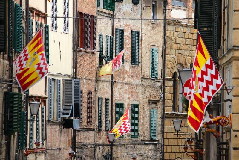 Bandeiras do contrade de Siena fotografia de stock