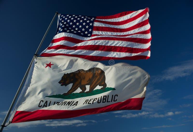 Bandeiras do estado dos E.U. e da Califórnia foto de stock