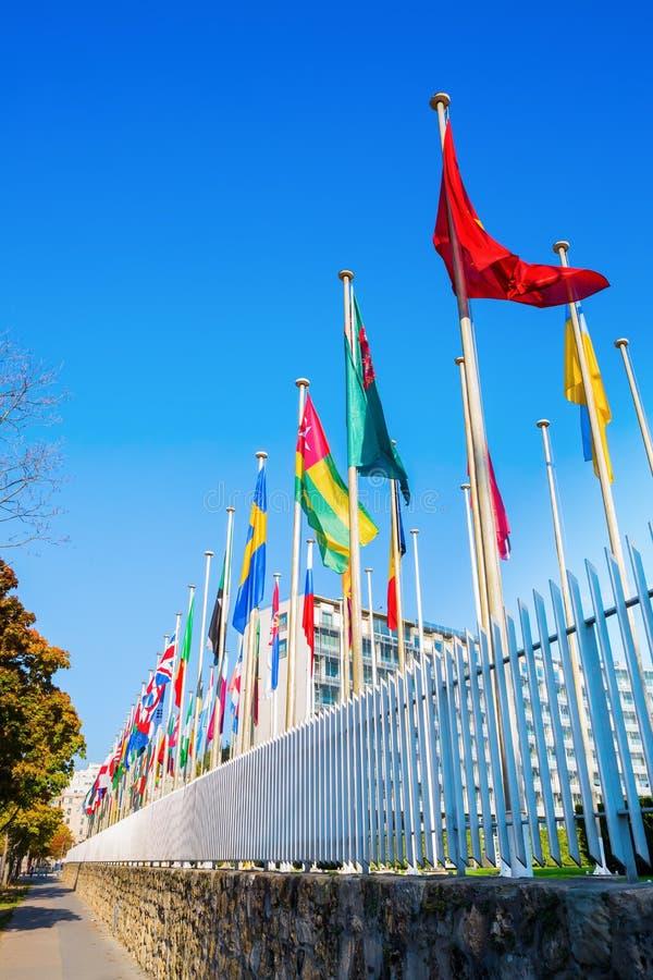 Bandeiras do mundo na frente do UNESCO em Paris foto de stock