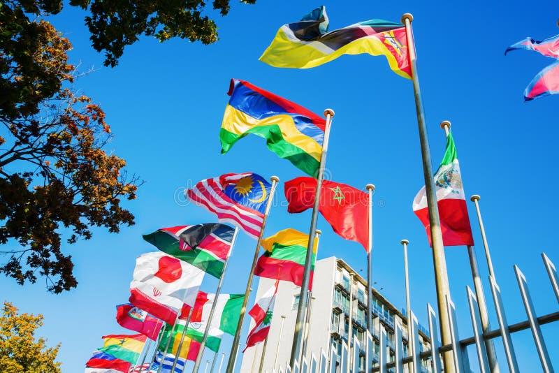 Bandeiras do mundo na frente do UNESCO em Paris fotos de stock royalty free