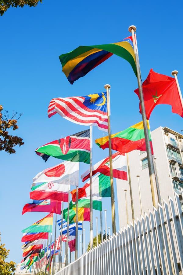 Bandeiras do mundo na frente do UNESCO em Paris fotografia de stock