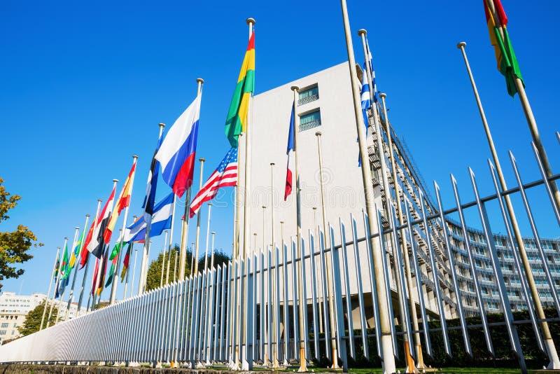 Bandeiras do mundo na frente do UNESCO em Paris fotografia de stock royalty free