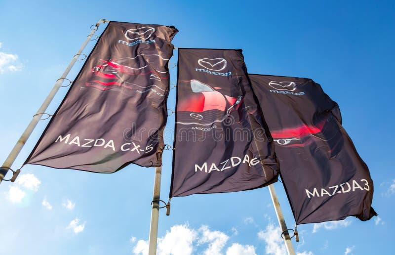 Bandeiras do negócio de Mazda sobre o céu azul imagem de stock royalty free