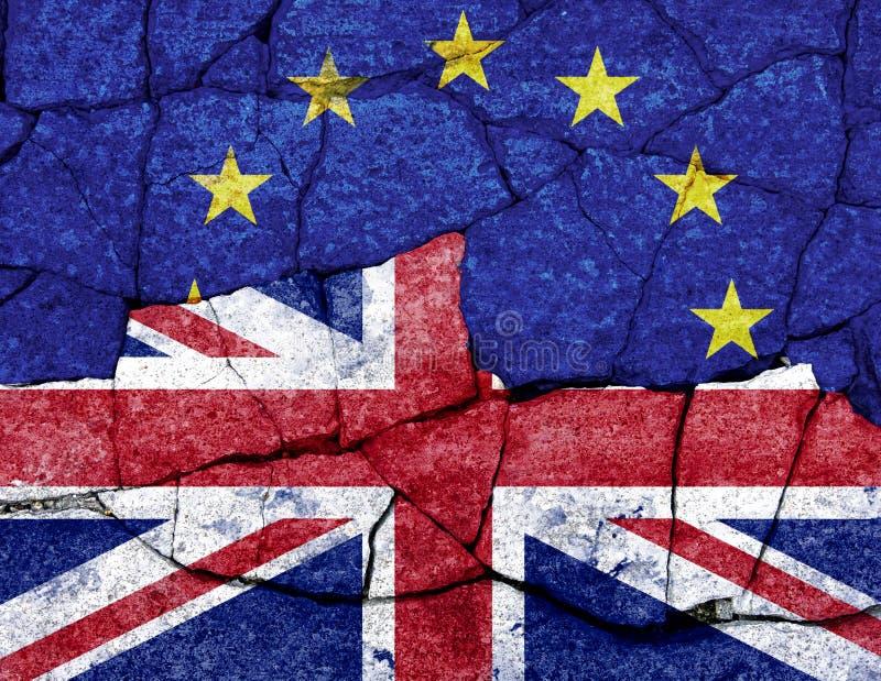 Bandeiras do Reino Unido e da UE pintados em parede rachada fotografia de stock