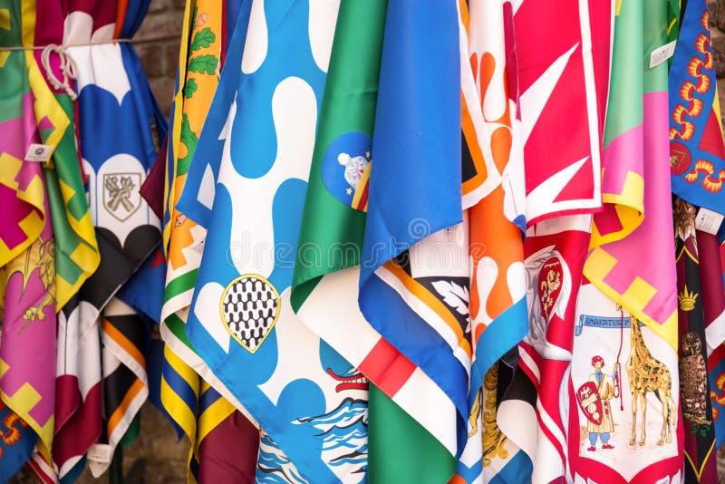 Bandeiras dos distritos do contrade de Siena, fundo do festival de Palio, em Siena, Toscânia Itália foto de stock