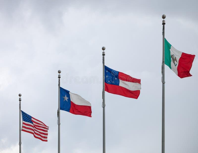 Bandeiras dos estados desatados de América, estado do Texas, a primeira bandeira nacional oficial da confederação e de México out foto de stock