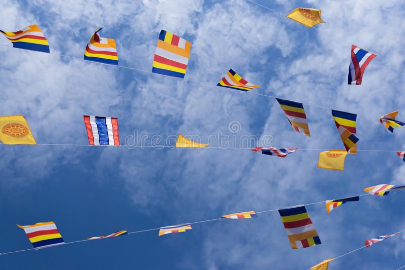Bandeiras e céu tailandeses bonitos foto de stock royalty free