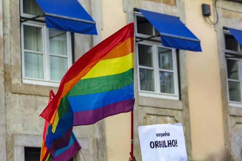 Bandeiras e cartão do orgulho do arco-íris de LGBT com palavra portuguesa: Orgulho fotos de stock