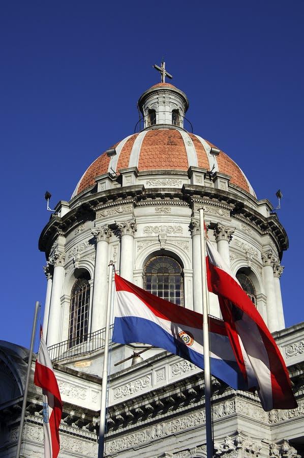 Bandeiras e igreja imagens de stock royalty free