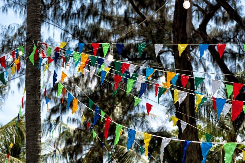 Bandeiras e lâmpadas triangulares decorativas imagem de stock