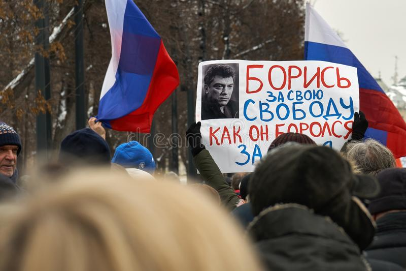 Bandeiras e bandeiras levando do russo dos povos no março da memória de Nemtsov em Moscou imagem de stock