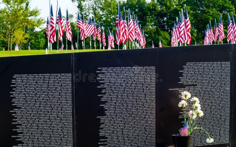 Bandeiras e memorial imagens de stock royalty free
