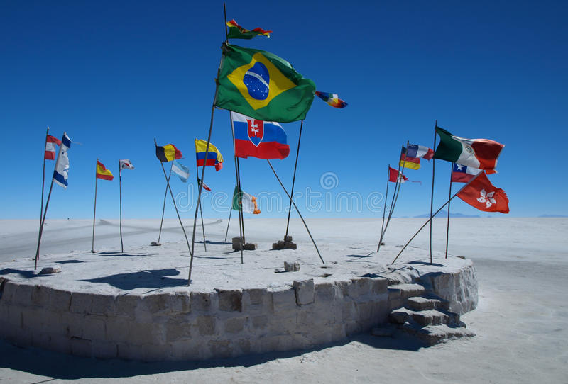 Bandeiras em Salar de Uyuni imagens de stock