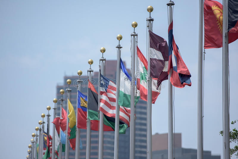 Bandeiras fora de United Nations que constroem em New York imagens de stock