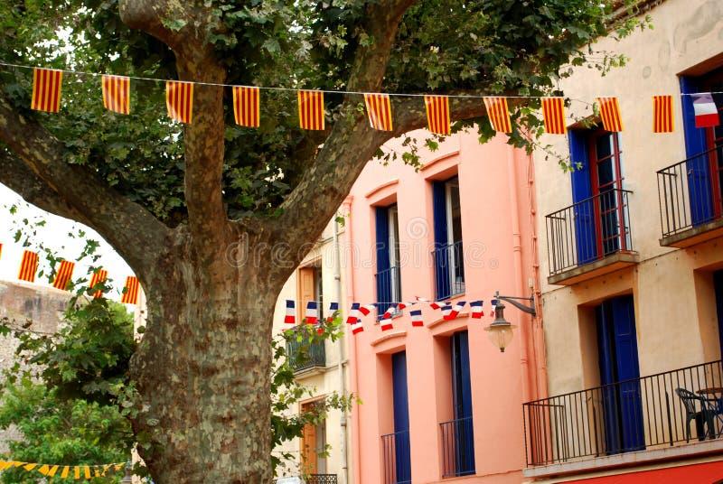 Bandeiras francesas e Catalan na exposição em Collioure imagens de stock
