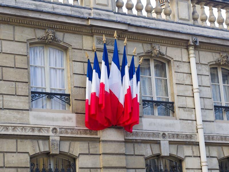 Bandeiras francesas na residência de Elysee Palace do presid francês imagens de stock royalty free